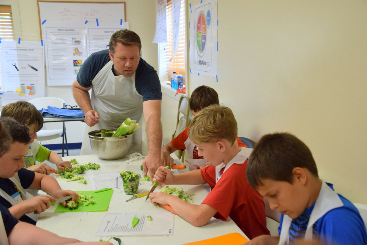 kids in a cooking class with Illinois Junior Chefs