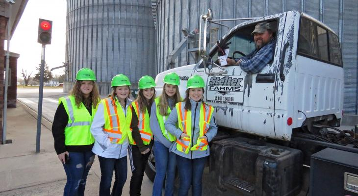 4-H youth distributing gifts to farmers